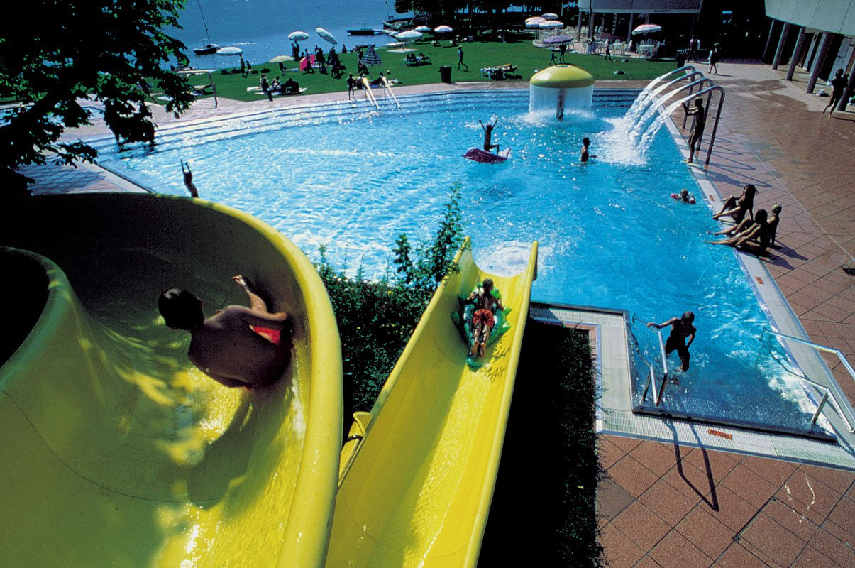 Public swimming areas and indoor swimming pool zell am see for Swimming pool in