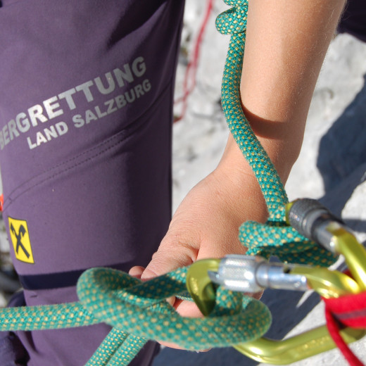 Each knot has to fit and all operations need to be done routinely | © Bergrettung Salzburg