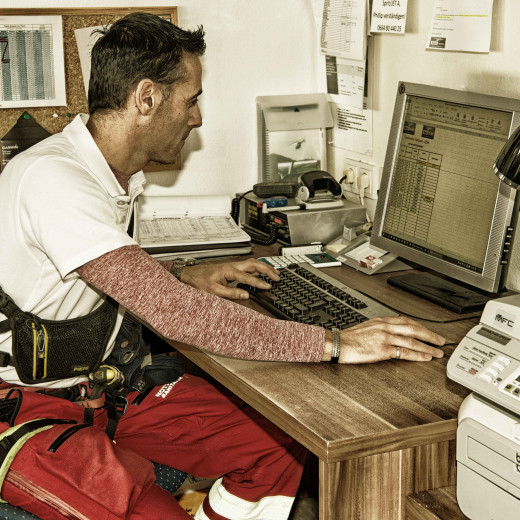 Paperwork is also part of the daily Air-Rescue-business. | © Edith Danzer