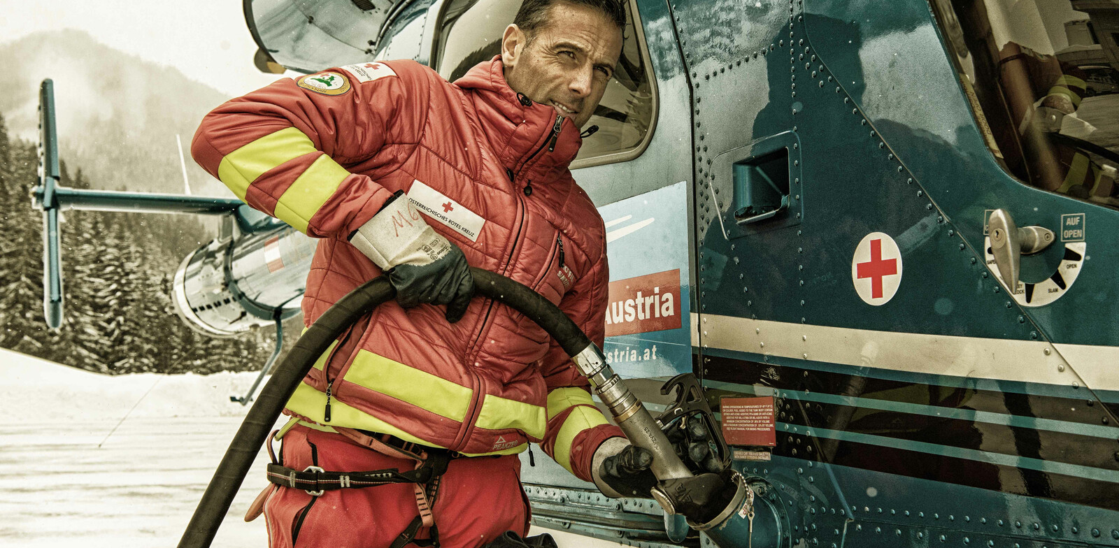 Toni Voithofer refuels the helicopter after a rescue mission. | © Edith Danzer