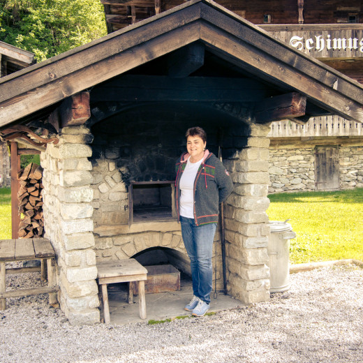 Renate shows the historical oven. | © Edith Danzer