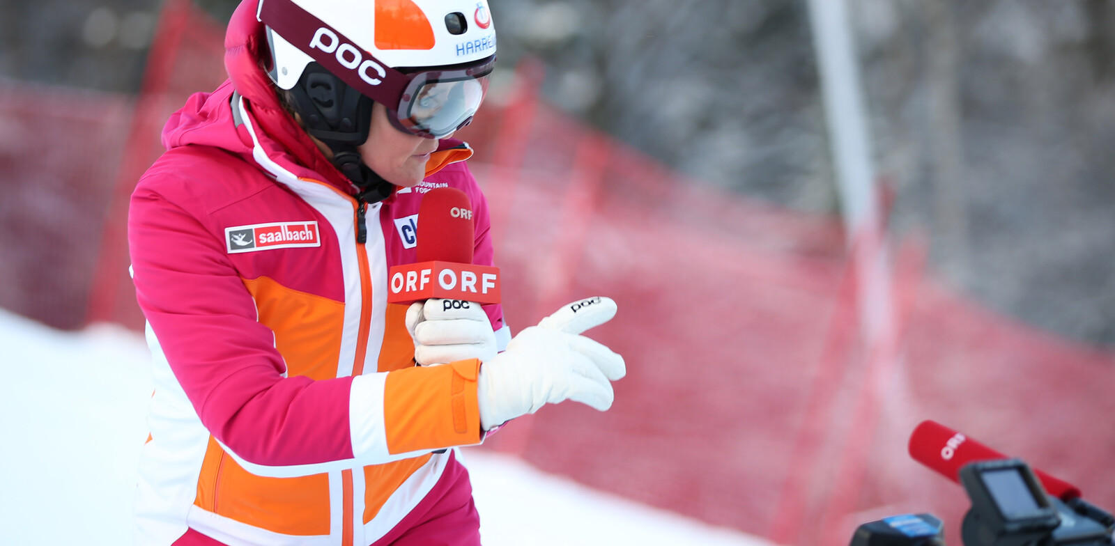Alexandra Meissnitzer examining the slope for Austrian Television ORF | © GEPA pictures/Harald Steiner
