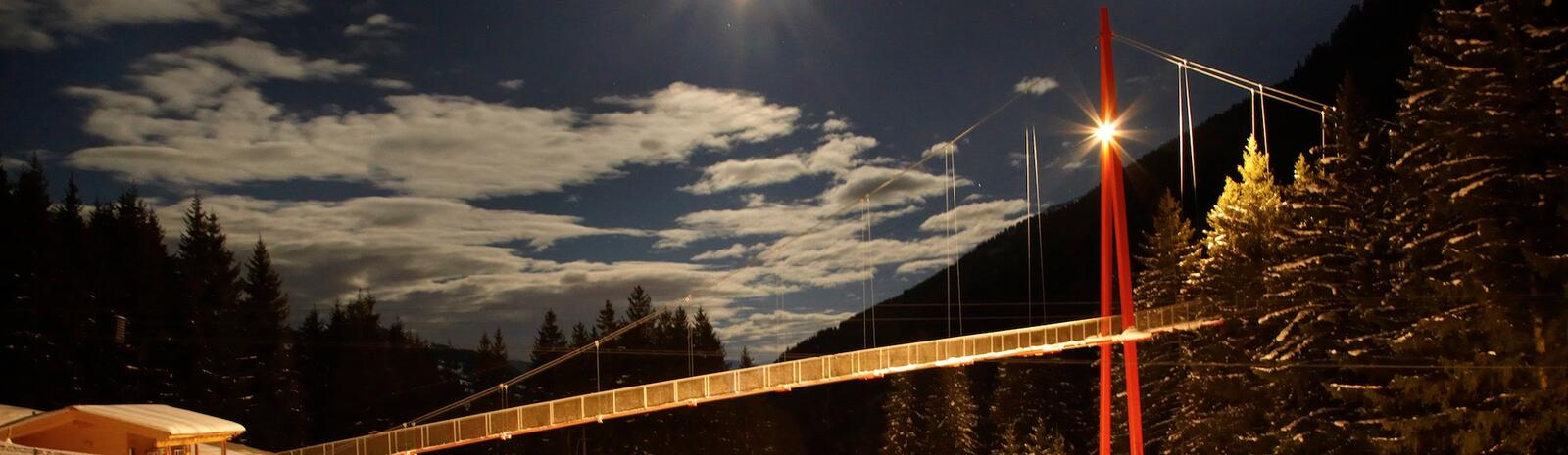 Golden Gate Bridge of the alps at night | © gesamt.at