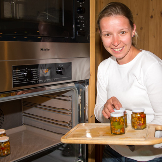 Rosi puts the jars into the oven vor preservation | © Edith Danzer