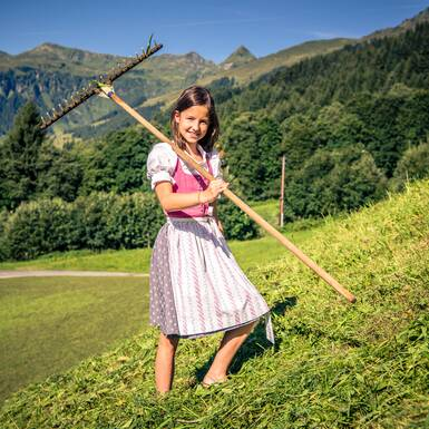 Lisa with the rake. | © Edith Danzer