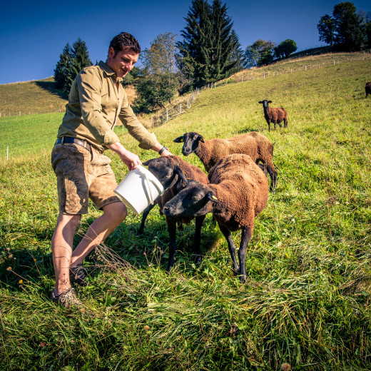 Daniel Resch with his Jura sheep | © Edith Danzer